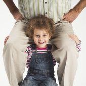 Glada barnet flicka anläggning far på axlar — Stockfoto