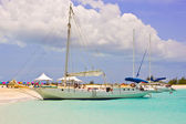 Boats at Turks and Caicos deserted beach — Stock Photo