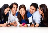 Vänner skvallra på en mobiltelefon — Stockfoto