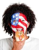 Amerikaner essen hotdog — Stockfoto