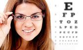 женщина берет глаз зрение испытания — Стоковое фото