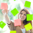 Woman with post-its - Lizenzfreies Foto