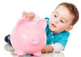 Poupar dinheiro em um piggybank — Foto Stock