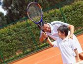 Vater und sohn spielen tennis — Stockfoto
