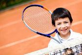 Niño jugando tenis — Foto de Stock