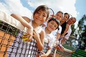 Família de jogadores de tênis — Foto Stock
