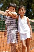 Sibblings na tenisový kurt — Stock fotografie