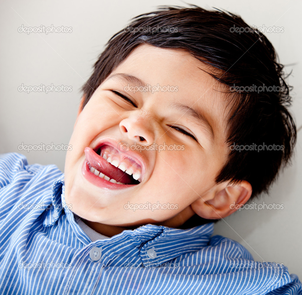 Kid lying on the floor and making slly faces — Stock Photo #8831898