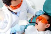 Dentista uma cavidade de fixação — Foto Stock