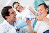 Dentist showing to brush teeth — Stok fotoğraf