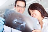 Dentista mirando una radiografía — Foto de Stock