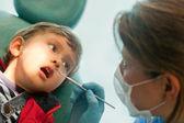 Mały chłopiec u dentysty — Zdjęcie stockowe