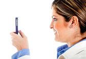 Vrouw texting op haar telefoon — Stockfoto