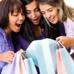 donne guardando gli acquisti — Foto Stock