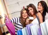 Kobiety zakupy na sprzedaż — Zdjęcie stockowe