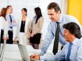Homens de negócios no escritório — Foto Stock