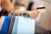 Faire du shopping avec une carte de crédit ou de débit — Photo