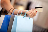 Winkelen met een creditcard of bankkaart — Stockfoto