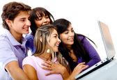 Amigos en un ordenador portátil — Foto de Stock