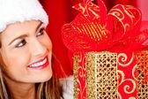 Weibliche santa mit geschenk — Stockfoto