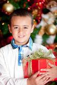 Junge mit einem weihnachtsgeschenk — Stockfoto