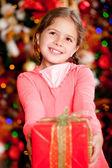 クリスマスのギフトを持つ少女 — ストック写真
