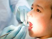 Chłopiec u dentysty — Zdjęcie stockowe