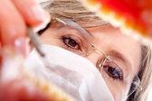 Dentista trabajando en un paciente — Foto de Stock