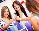 Vrouwelijke shoppers — Stockfoto