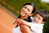 Mother and son at the tennis court — Stockfoto