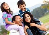 Rodinný portrét venku — Stock fotografie