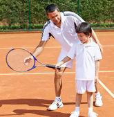 Baba ve oğul tenis oynamaya — Stok fotoğraf