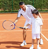 Father and son playing tennis — Stok fotoğraf