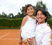 Famille à un court de tennis — Photo