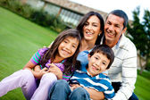 Famiglia felice all'aperto — Foto Stock