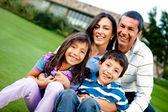 Família feliz ao ar livre — Foto Stock