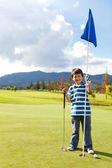 Pojke med en golf-flagga — Stockfoto