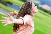 Mulher, relaxante ao ar livre — Foto Stock