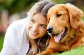 彼女の犬を持つ女性 — ストック写真