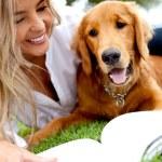 vrouw buiten met haar hond — Stockfoto