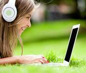 Fille de téléchargement de musique — Photo