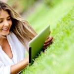mujer utiliza una tableta al aire libre — Foto de Stock