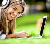 Femme heureuse, téléchargement de musique — Photo