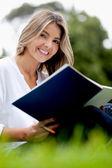 Mujer estudiando al aire libre — Foto de Stock