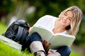 Woman studying at the park — 图库照片