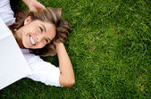 женщина, отдыха на открытом воздухе — Стоковое фото