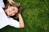 Donna di relax all'aperto — Foto Stock