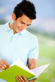 Uomo studiare all'aperto — Foto Stock