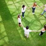 vrienden hand in hand — Stockfoto