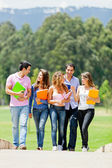 Studenten opknoping rond — Stockfoto